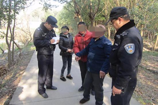 图为民警救助醉酒老人。 海宁警方供图