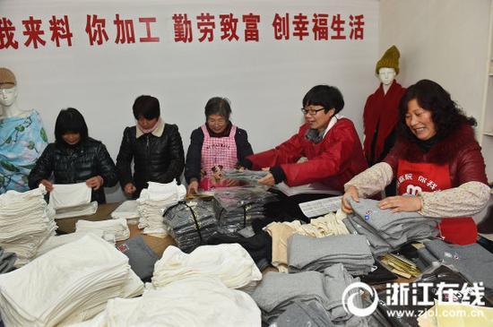 杭州富阳新登镇为妇女们承接一些来料加工业务,帮助她们提高收入。(资料图)记者 吴元峰 摄