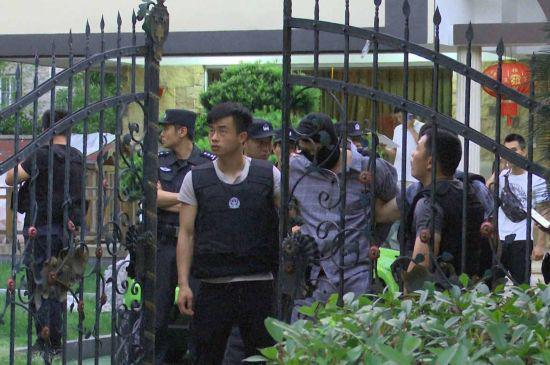 杭州滨江虞关荣涉嫌黑恶犯罪团伙案抓捕现场。