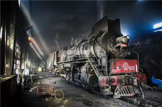 2013年1月25日,辽宁省锦州市八角台镇八角台电厂。18岁成年的第一天,与最惊艳的蒸汽机车库相逢,现在这里已经成为了一片废墟。