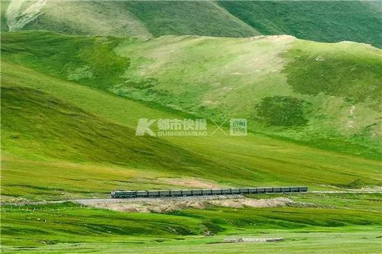 2010年,南疆铁路乌斯特—哈尔格区间,阿克苏—宝鸡的1662次经过。