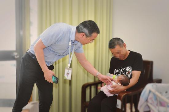 图为:38岁肝移植患者顺利生下二胎。台州市第一人民医院供图