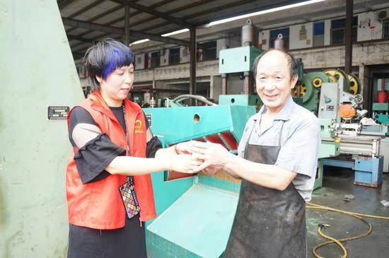 图为:义工开展献爱心送凉茶服务活动现场。高跃贵 摄