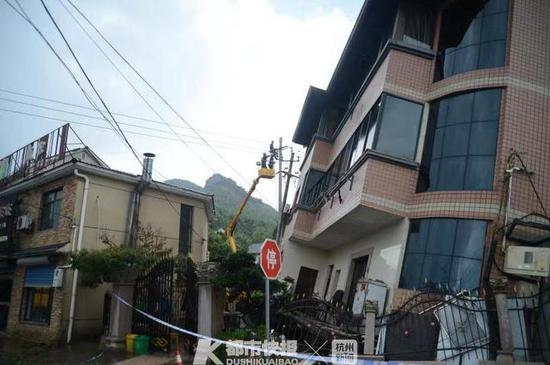 在鸬鸟镇仙佰坑村,余杭区供电公司采取升高车作业办法进行抢修