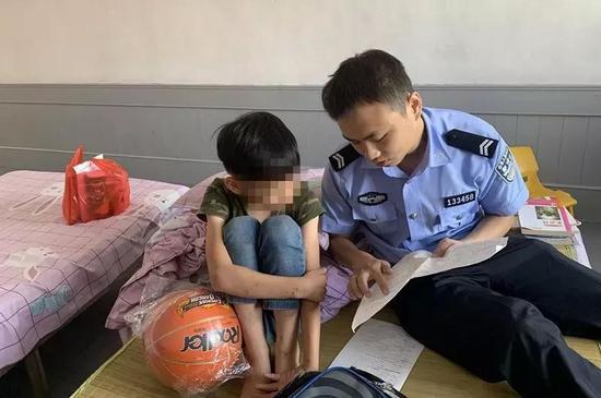 民警看望照顾被拘嫌疑人的小孩