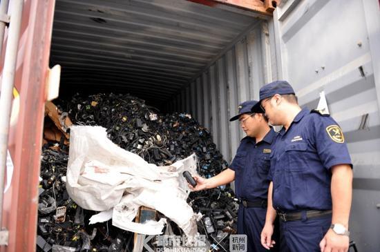 海关关员对固体废物进行查验受访者供图 摄影 | 陈叶