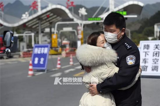 浙一护士妻子接到紧急通知上战场 民警丈夫赶来送别