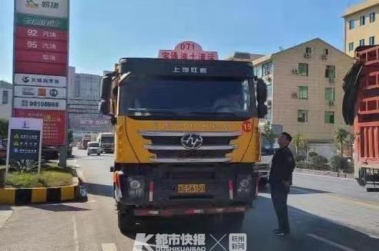 偷运建筑废土 浙江这个车队12辆重卡在浦江被一锅端