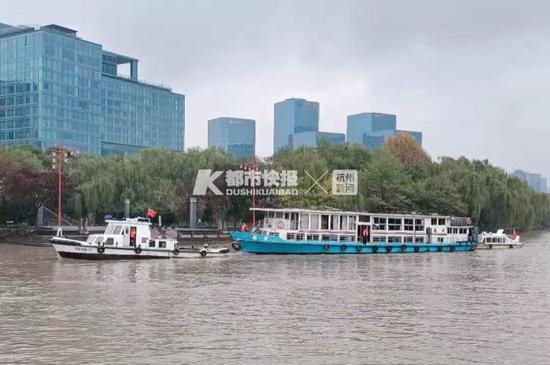 """駛過遠洋樂堤港一帶的""""龍井號"""" 攝影 金之江"""