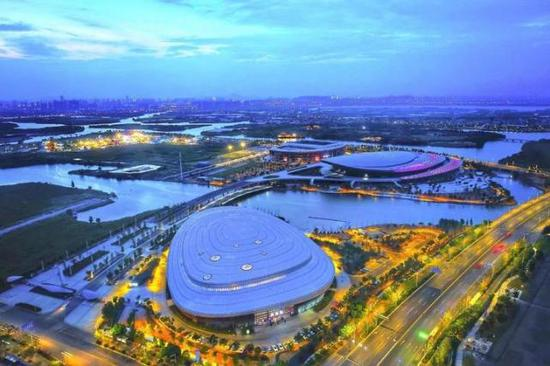 奥体中心位于绍兴市镜湖新区核心区域,解放大道西、洋江西路北侧。