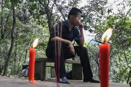 小武在杭州的墓园代人扫墓。本人供图