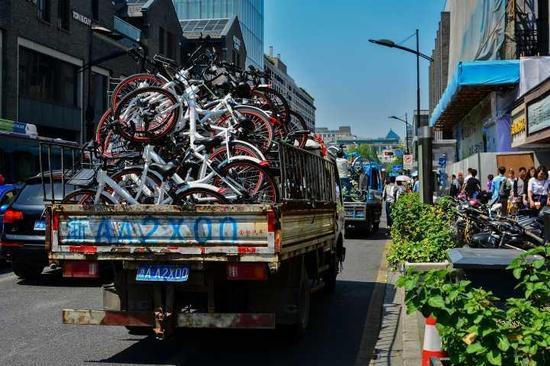 去年五一,杭州清缴乱停乱放的共享单车。