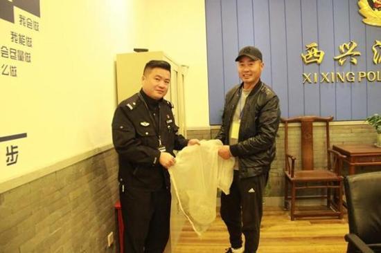小方民警一边联系滨江区野生动物救助站,一边上网查询鳄龟的相关信息。