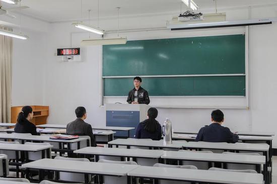 """杭州电子科技大学""""三位一体""""招生考试面试现场。(杭州电子科技大学供图)"""
