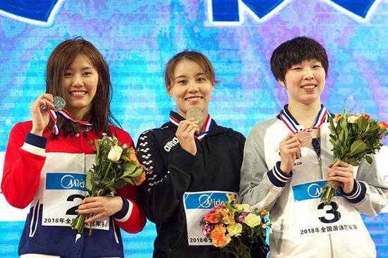 4月15日,傅园慧(中)、刘湘(左)和陈洁在颁奖台上合影。本文图片 新华社