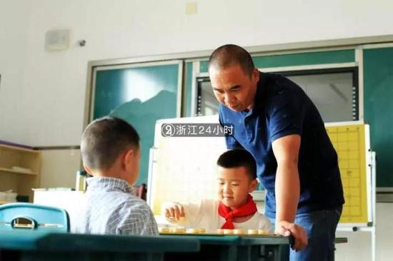 杭州男子独臂坚守讲台24年 为全校拍下数千张照片