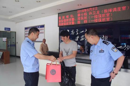 目前,郑某因涉嫌妨碍公务已被刑事拘留。(叶明銮)