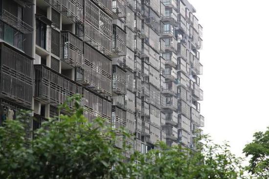 整幢整幢的高层住宅都安装了防盗窗,远远看去就像一个钢铁侠。