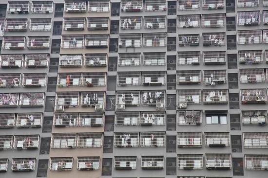 杭州下沙一小区里,为了防止家里的小孩跌落。