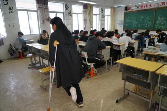 陈老师为了让孩子们安心迎战中考,过去这一个月,她一节课没落下。