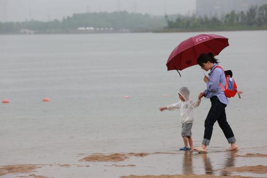 《雨中》 钱卫革 摄于 金华