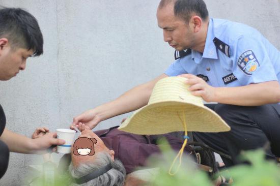 民警找了根吸管开始小心翼翼地给老人喂水 派出所提供