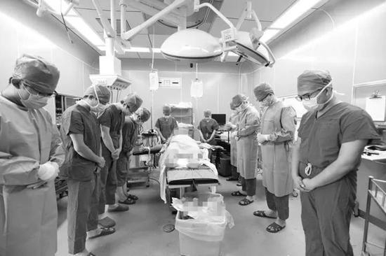 医务人员向段性桃致哀。