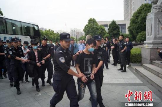 犯罪嫌疑人被押解回温州。龙湾警方提供