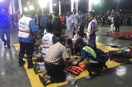 7月5日,在泰国普吉府普吉岛,急救人员救治获救游客。