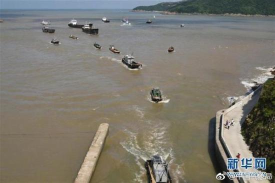 浙江台州渔船回港避风
