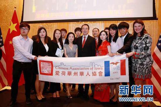 在美国芝加哥,中国驻芝加哥总领事洪磊与爱荷华州华人协会成员合影。25日,中国驻芝加哥总领事洪磊举办离任招待会。 新华网 图