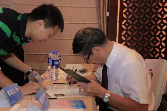 徐本亮老师为快公益签名赠书
