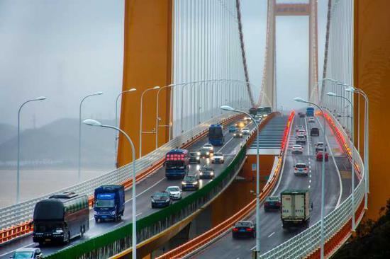 图:风雨中的舟山跨海大桥