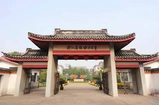 宋老师有个学霸儿子,今年毕业于镇海中学,高考总分707分,被清华大学录取。