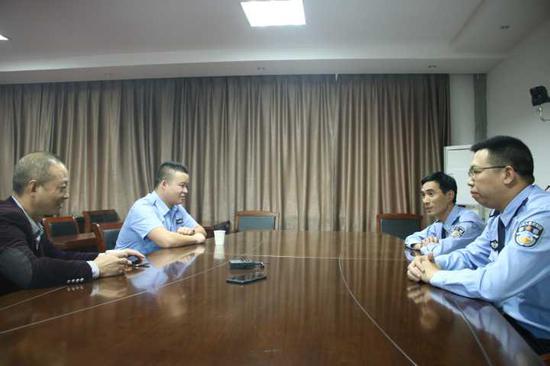 民警约谈了陈毅群及其所在公司的负责人