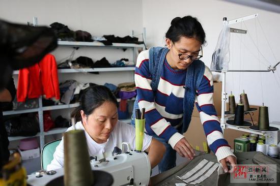 陈昊在跟工厂打版师傅沟通。