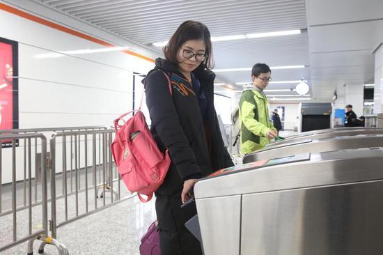 杭州市民刷手机过闸坐地铁 浙江在线记者 姚颖康 摄