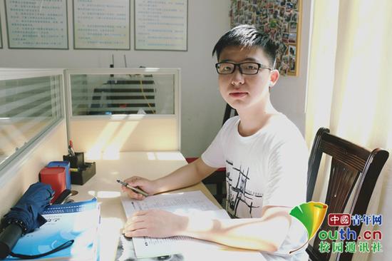 图为广东医科大学赵壮杰在学习新闻知识。本人供图