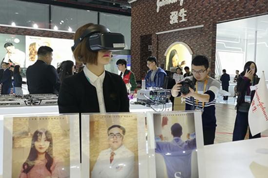 西安杨森在进博会上所展示的VR设备,用于观看表现精神分裂症的短片