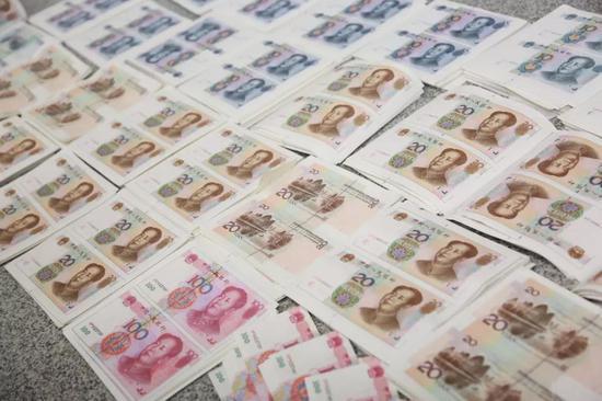 图为:警方缴获的大量假币 浙江省台州市公安局供图