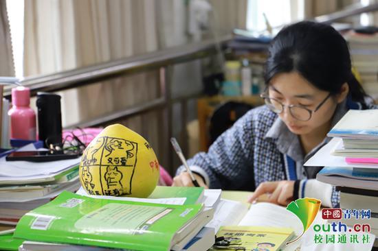考研学子认真备考。 中国青年网通讯员 肖福生 摄
