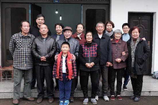 胡汉英和胡汉平在招士湾 和闾儒香的表妹表弟及家人合影