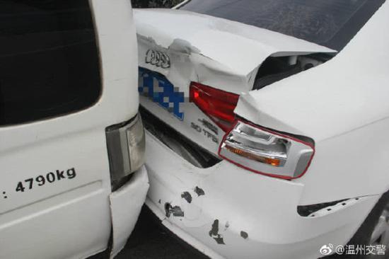 温州交警 立即联系了消防部门,经过20多分钟的努力,成功救出被困司机。