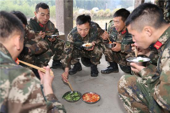 图为官兵们享用午餐。 胡港 摄