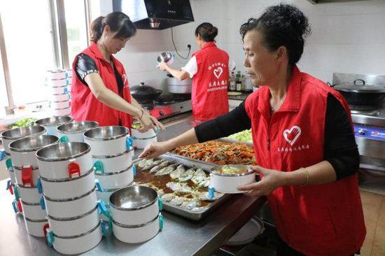 洞头的志愿者们在准备饭菜,配送给行动不便的老人。(洞头区民政局供图)