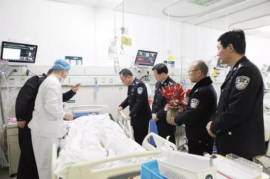 嘉兴市公安局领导看望慰问张晓达