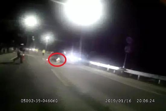 这一把方向盘,让车子直接撞上了在一旁执勤的张晓达。