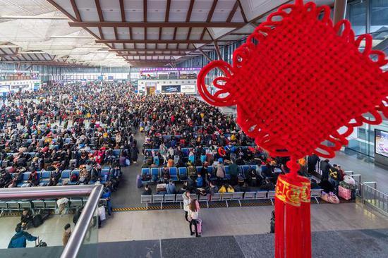 (苏州站迎来春运大客流,旅客在该站候车室内有序候车 李忱/摄)