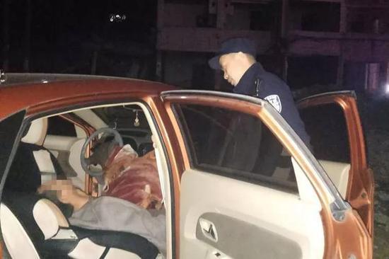 警方在车内发现一昏迷男子 。 龙湾警方供图