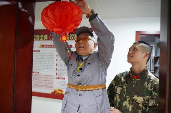 蔡兆铭与战士们共过新年。 范则迁 摄